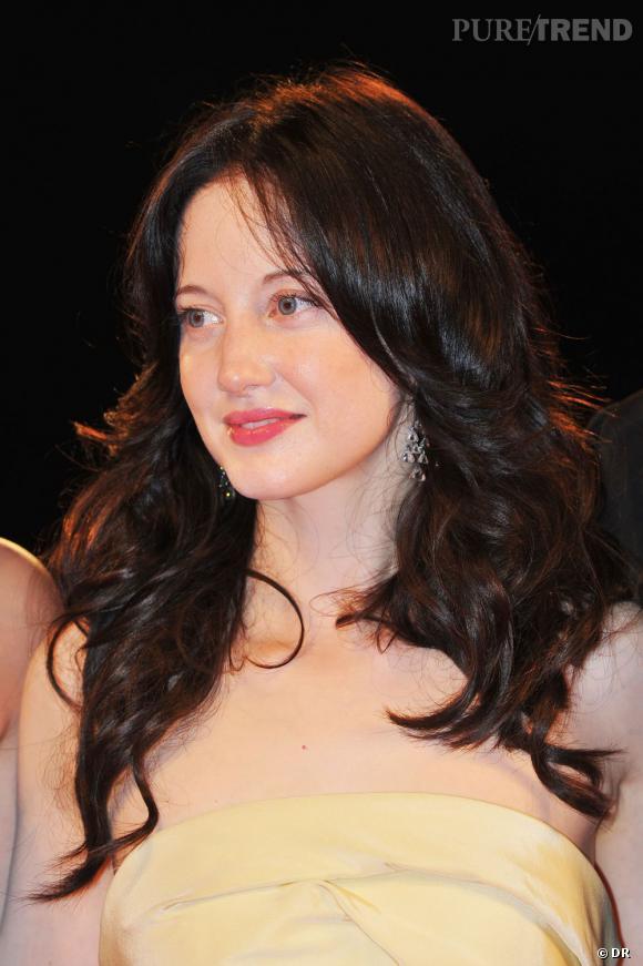 L'actrice Andrea Riseborough portait des bijoux signés Chopard : des boucles d'oreilles en titane serties de diamants, ainsi qu'une bague en titane sertie d'un diamant taille coussin.