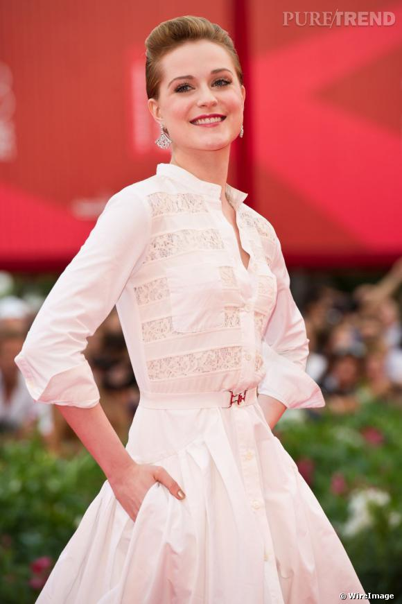 Evan Rachel Wood portait des boucles d'oreilles en or blanc et diamants de chez Bulgari.