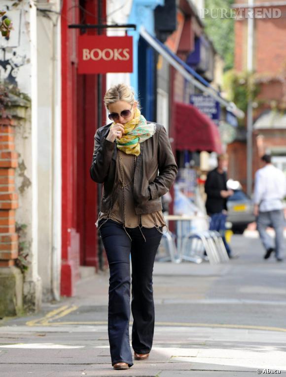 Adepte du genre bohème, Kate Hudson s'offre un look en peu 70's avec un pantalon évasé et une étole colorée.