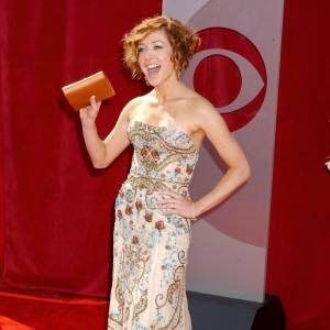 La jolie Alyson Hannigan fait un faux pas dans cette robe brodée.