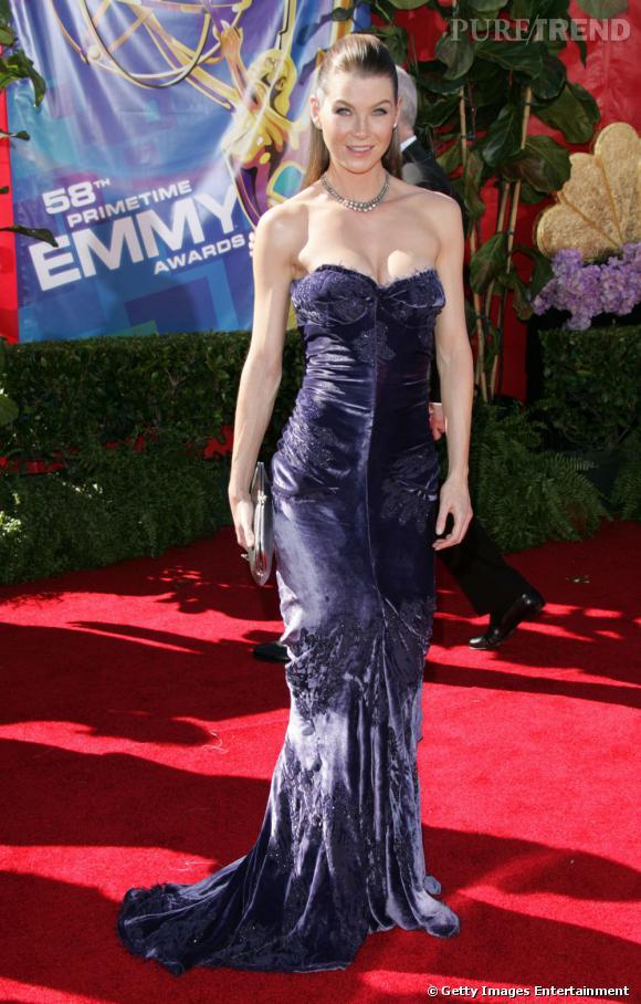 Ellen Pompeo choisit une robe bustier violine en velours. Les rideaux de mamie ?