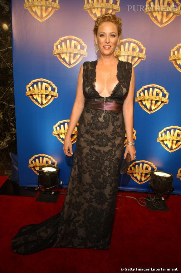 Une robe cent fois trop décolletée pour Virginia Madsen, qui en plus de cela ne choisit pas la bonne forme.