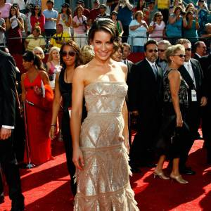 Même l'une des plus belles femmes du monde peut faire un flop : la preuve avec Evangeline Lilly dans sa robe dorée semi-lamée, semi-frangée.