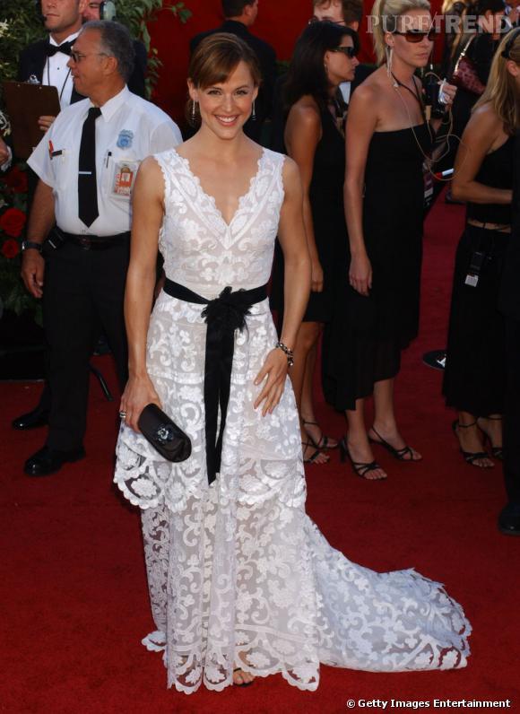 Jennifer Garner a voulu jouer la douceur champêtre mais s'y perd. Entre robe à traîne brodée et ceinture noire, il fallait choisir.