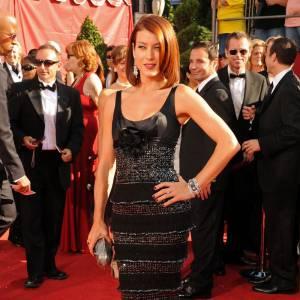 Kate Walsh aurait pu faire sensation dans cette robe noire... Dommage qu'une fleur oversize, détail trop kitsch, s'impose sur le buste.