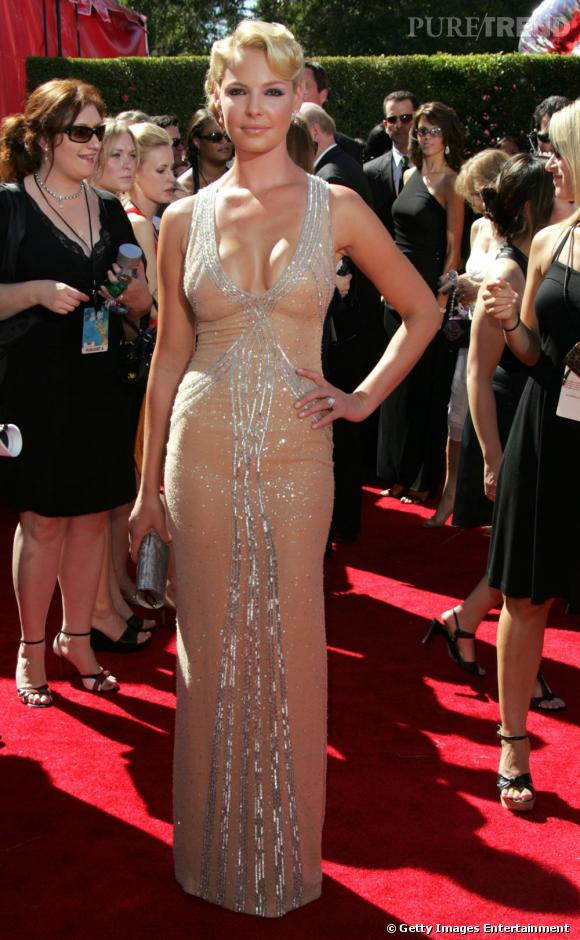 Katherine Heigl a voulu jouer les sirènes... Erreur, non seulement l'actrice vire au vulgaire mais en plus l'association coupe rétro + paillettes + robe nude est ratée.