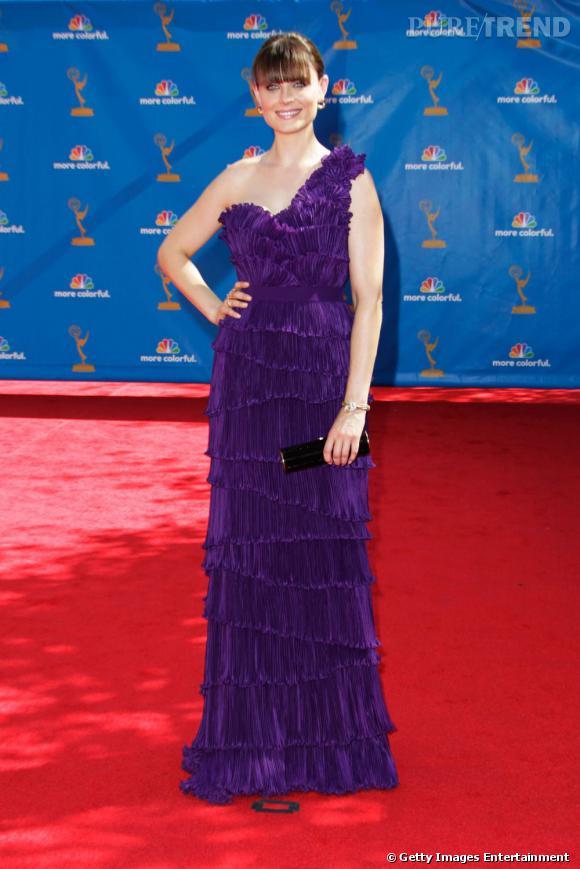 Emily Deschanel épaissit sa silhouette avec une robe asymétrique à froufrous.
