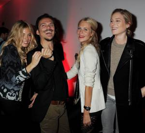 Poppy s'éclate en backstage avec Sienna Miller, Matthew Williamson et Dree Hemingway.