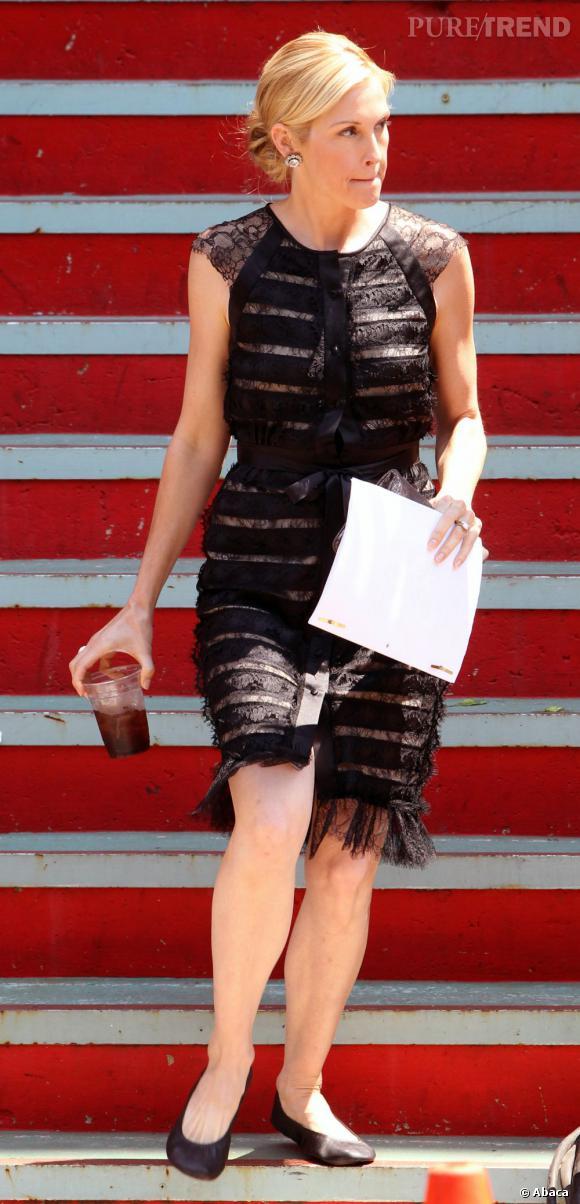 Si Kelly Rutherford alias Lily van der Woodsen n'est plus une it-girl, elle est tout de même la mère de Serena et affiche de jolis looks cette saison encore.    Ce qu'on lui pique  : la robe faussement transparente, ici Carolina Herrera.