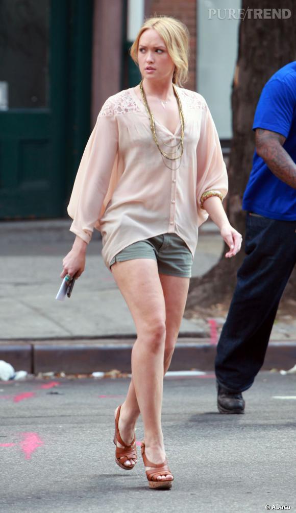"""Charlie Rhodes, la """"cousine"""" de Serena, semble bien partie pour la concurencer côté style.    Ce qu'on lui pique  : sa blouse romantique nude 12th street by Cynthia Vincent."""