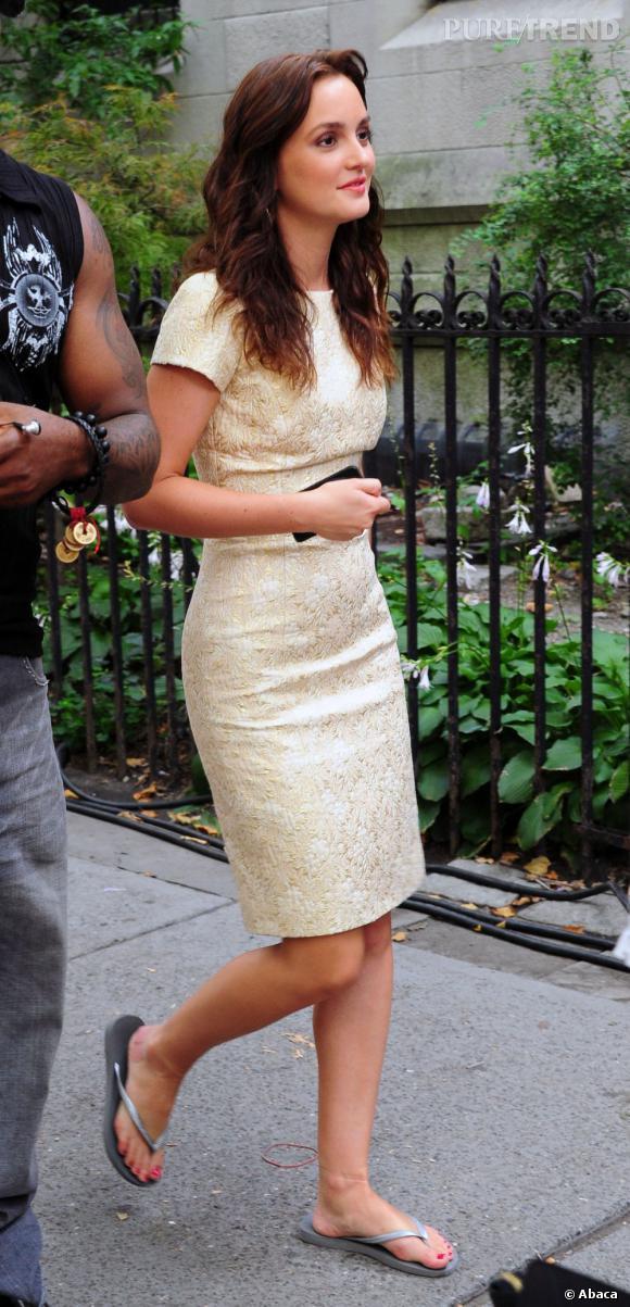 Entre deux scènes, Leighton Meester délaisse les talons mais conserve la robe.    Ce qu'on lui pique  : la robe minimaliste mais tout de même brocart qui fait office d'alternative avec une petite robe noire.