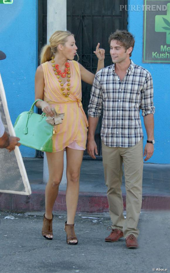 """Décidément, cette saison, Serena mise tout sur les accessoires qui pimentent à la perfection ses looks estivaux.    Ce qu'on lui pique  : le sac néon Louis Vuitton et le collier nOir """"Beaded flowers""""."""