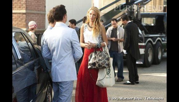 Alors qu'elle profite du soleil californien, Serena en profite pour donner une touche bohème chic à son look d'Upper East Sideuse. Elle mixe ainsi des pièces tendance Rag & Bone comme son jupon rouge.     Ce qu'on lui pique  : son sac en python, une matière phare cette saison.