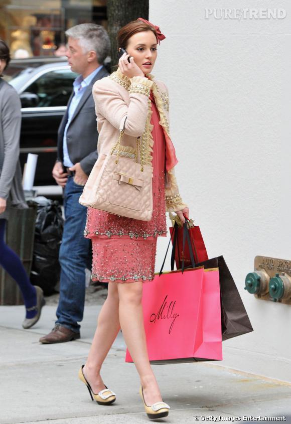 Qui dit rétro ne dit pas forcément strict et fade. Pour preuve le style de Blair Waldorf dans la saison 5 où elle mixe robe girly et accessoires précieux.    Ce qu'on lui pique  : les escarpins Roger Vivier et le sac Marc Jacobs.