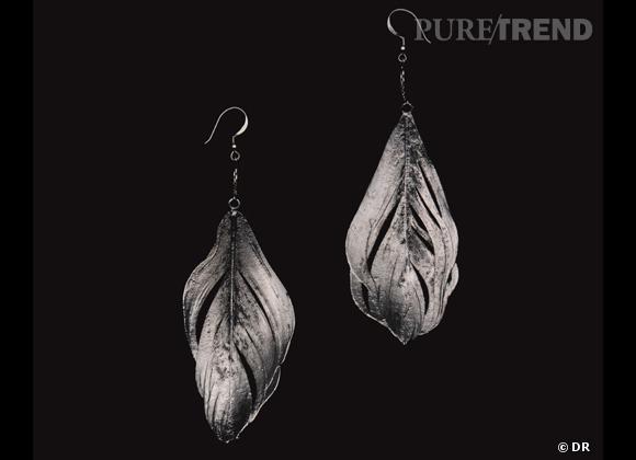 Zoom sur les plumes !     Boucles d'oreilles Aurélie Bidermann, prix sur demande.
