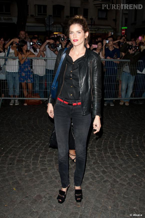 Un look rock, du rouge pour séduire, des talons Yves Saint Laurent pour faire bonne figure, Alice Taglioni réussit son entrée.