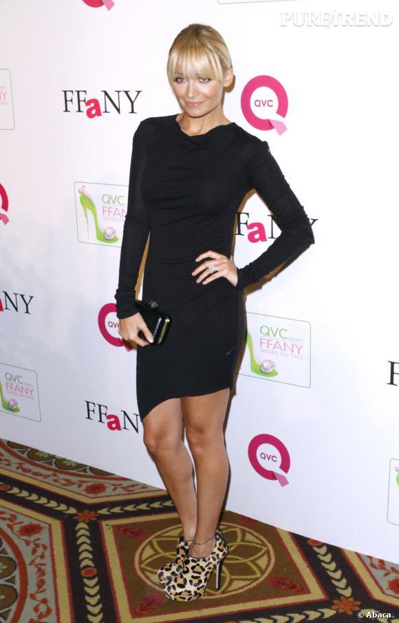 Le look du jour, c'est Nicole Richie en petite robe noire. Un grand classique de la mode revisité, porté avec des low-boots originales.