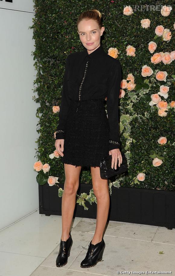 Total look noir pour Kate Bosworth oui, mais Chanel. Elle se la joue rock chic avec une petite jupe et des bottines, et complète sa tenue avec un sac de la collection Automne-Hiver 2011/2012.