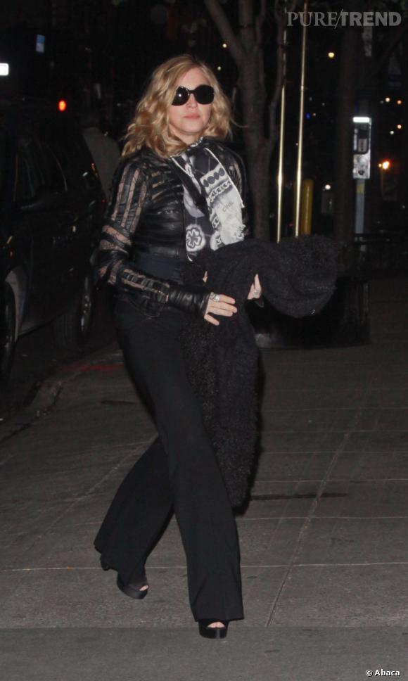 Blouse transparente et détails de cuir, quinqua ou pas, Madonna veut être sexy.