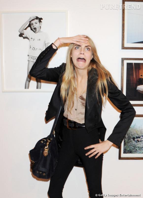 Cara Delevingne, visiblement très inspirée par l'exposition de photos.