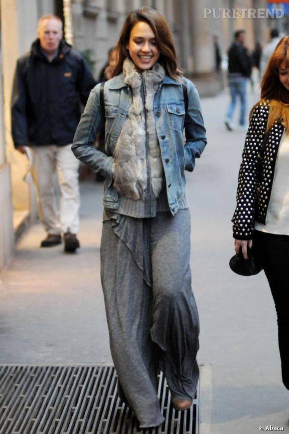 Jessica Alba a osé mixé fourrure et veste en jean. Pas très chic.