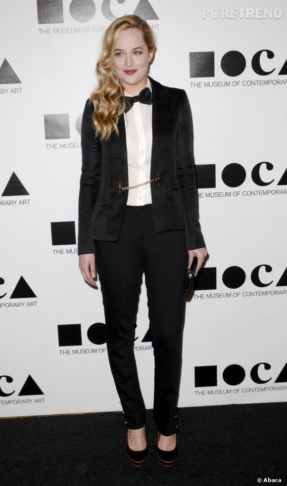 Avec son look masculin revisité, Dakota Fanning attire tous les regards lors du dernier gala du MOCA à Los Angeles.