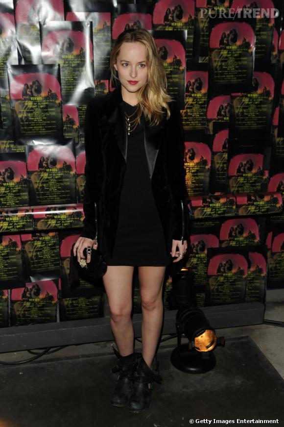 Surfant sur tous les styles, la jeune femme peut également se la jour rock chic en alliant petite robe noire, veste aux revers satinés et bottes de biker.