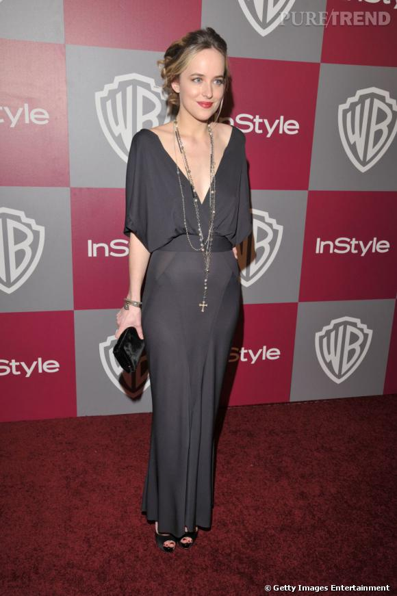 Longue robe fluide, beauty look romantique et collier breloque, Dakota peut aussi prendre la pose de façon bohème chic.