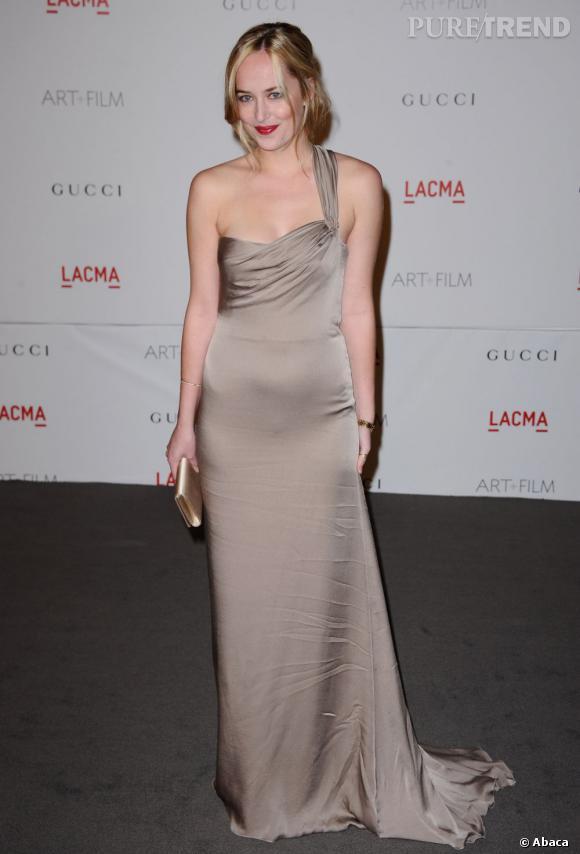 Dans sa robe satinée one shoulder et avec les lèvres bien rouges, la jeune femme a tout d'une actrice hollywoodienne.