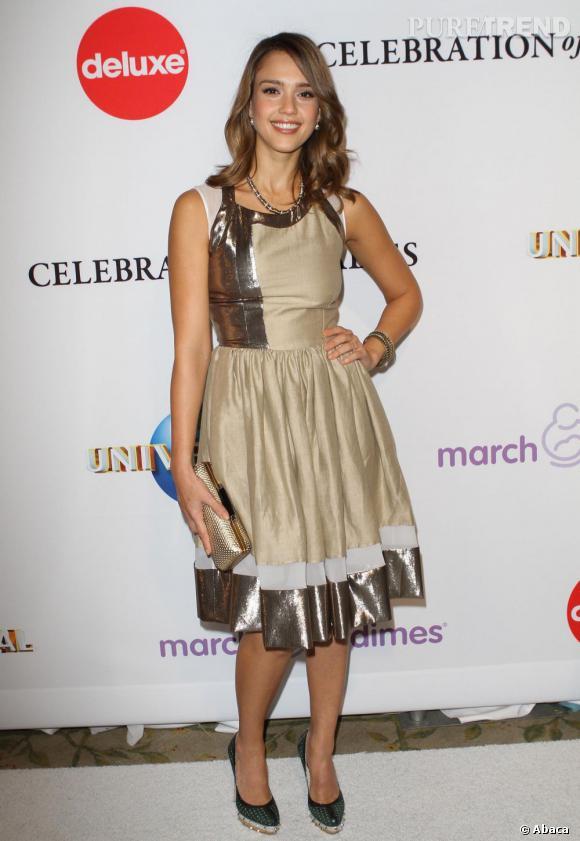 Jessica Alba épaissit légèrement sa silhouette dans une robe qui lui arrive sous le genou.