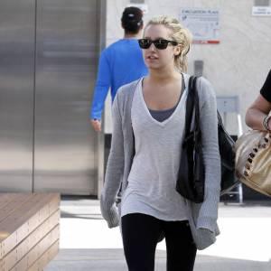 Ashley Tisdale choisit de porter un legging et rajoute une paire de chaussettes pour une touche de fun. Pourquoi pas...