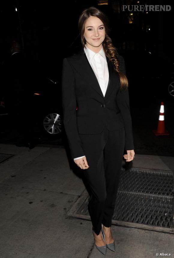 Shailene s'essaye au look féminin-masculin avec un ravissant smokig coupé près du corps.