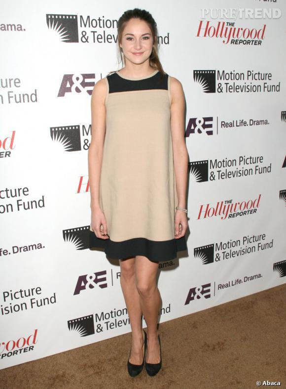 Shailene Woodley aime la sobriété et opte pour une robe bicolore nude et noir. Un look minimaliste.