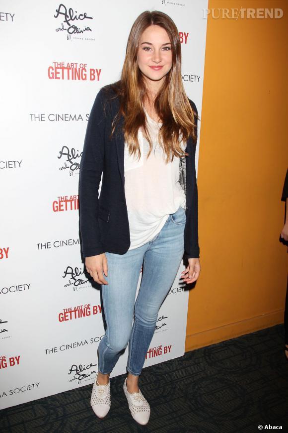 Shailene reste une très jeune femme qui apprécie un jean et des derbies de temps en temps.