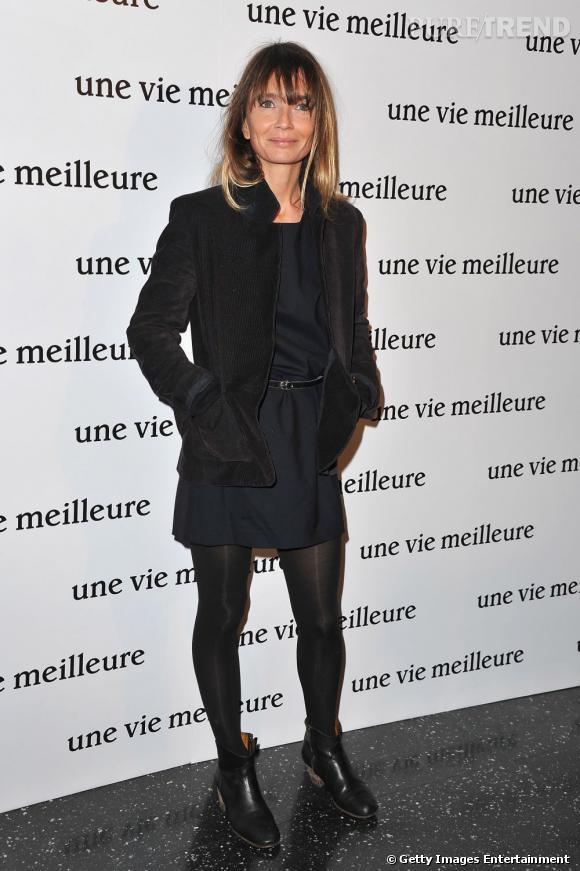 Axelle Laffont mélange les matières avec audace. Robe noire, veste en velours côtelé, talons en bois... Les couleurs restent sombres pour éviter d'alourdir son look.