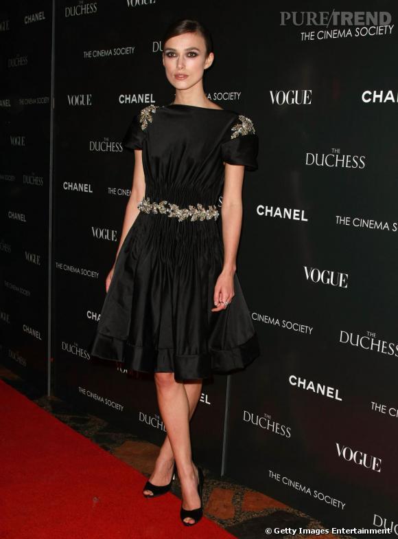 Divine en robe noir, la jeune femme sait aussi se concocter des looks chic et classiques.