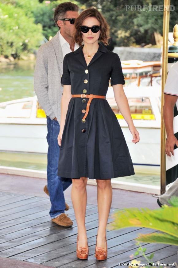 Doucement rétro, elle craque pour la robe-chemise ceinturée et le cuir naturel pour un look délicieusement féminin.