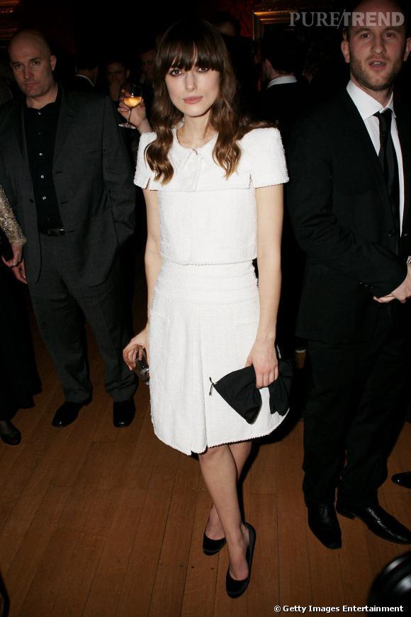 Toute de blanc vêtue, Keira met en valeur sa beauté froide.