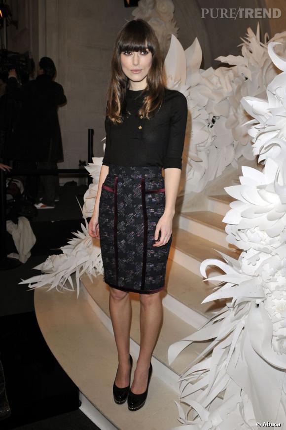 Cheveux longs et frange, la belle est parfaite en Chanel.