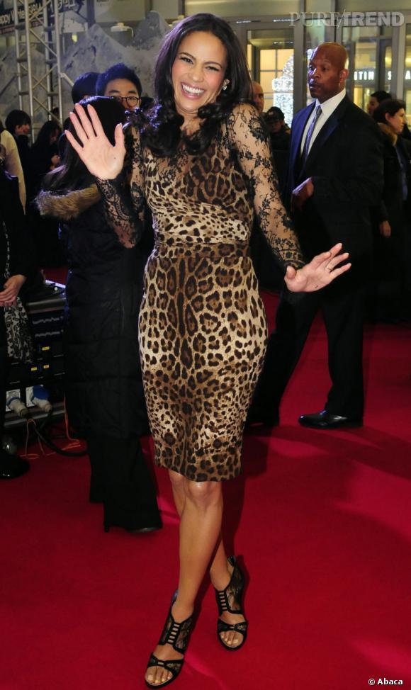 Plus féline que jamais, Paula ose la robe léopard Dolce & Gabbana avec ses manches en dentelle.