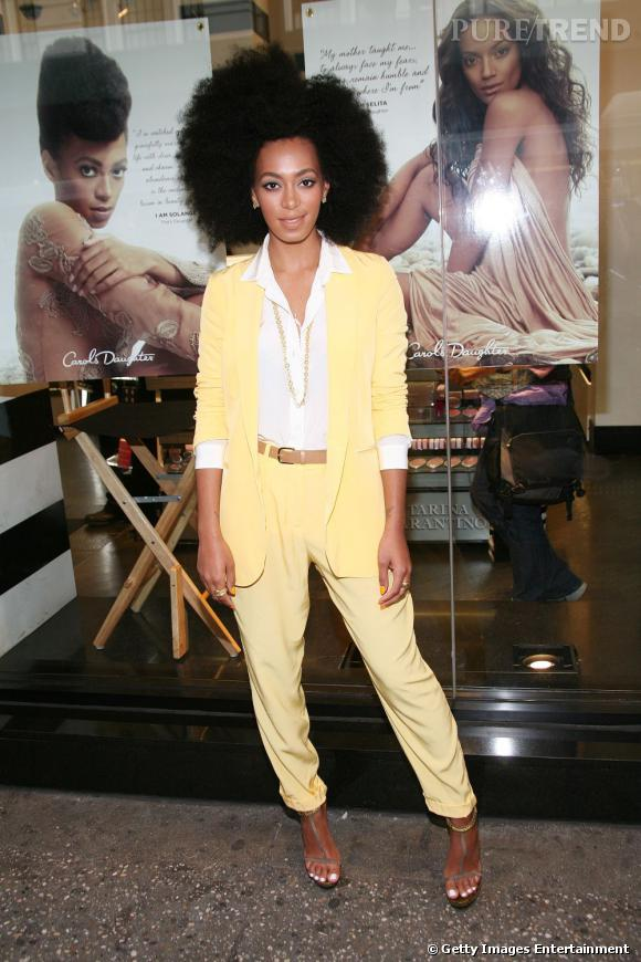 Le costume oui, mais certainement pas noir, Solange Knowles le choisit jaune !
