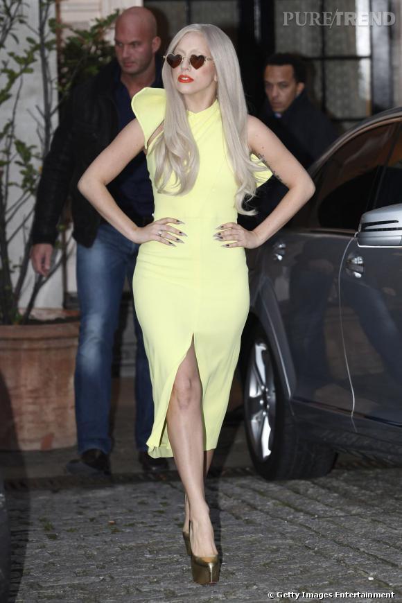 Lady Gaga adore les Daffodile de Christian Louboutin et les a dans toutes les couleurs, même dorés.