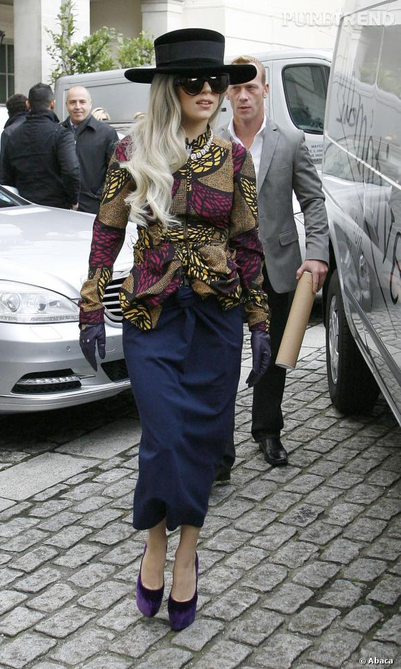 Petite variation avec des chaussures en velours violet, mais même modèle : Lady Gaga ne quitte plus les Daffodile signés Christian Louboutin.