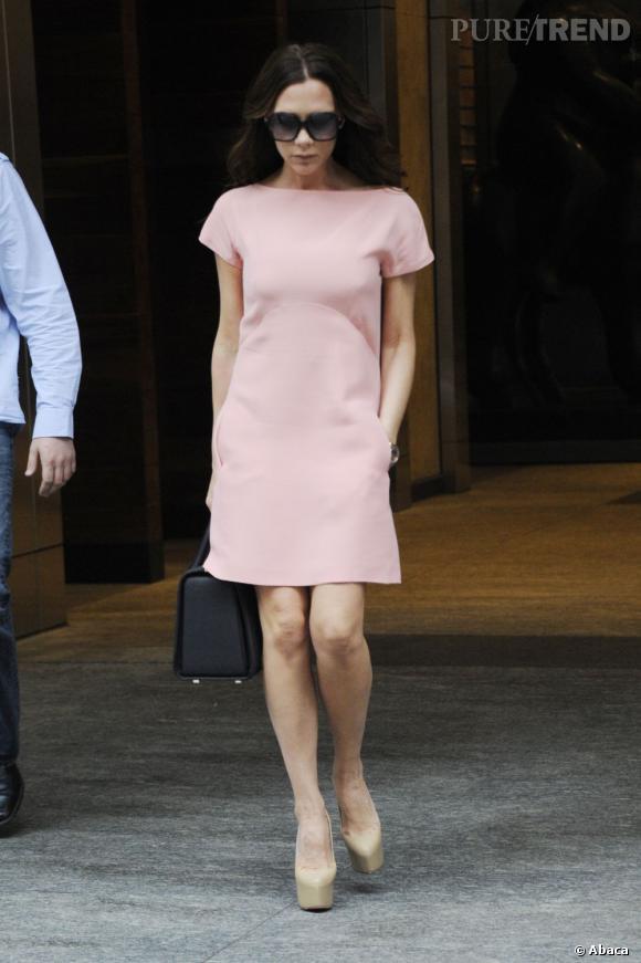 Version nude, Victoria Beckham : jamais sans ses Daffodile signés Christian Louboutin.
