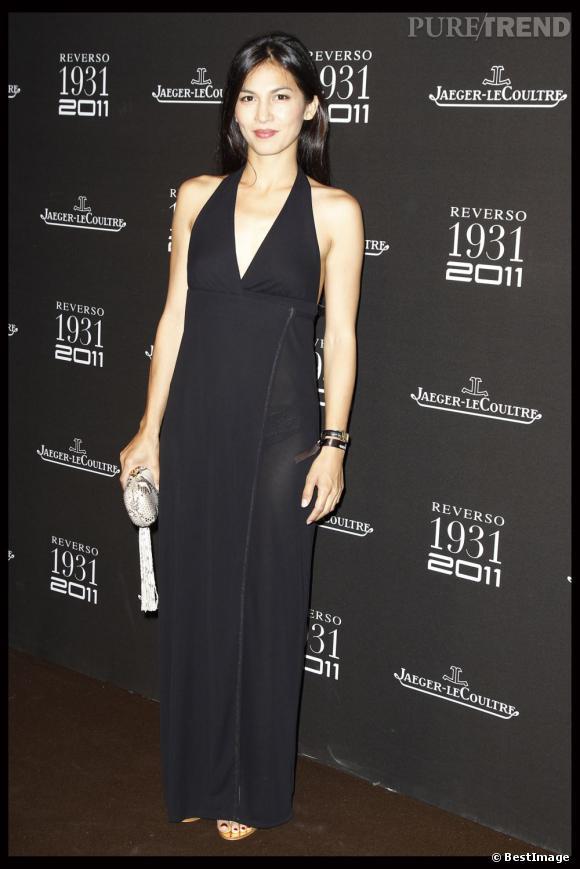 Elodie Yung très femme en robe longue décolleté et pochette python.