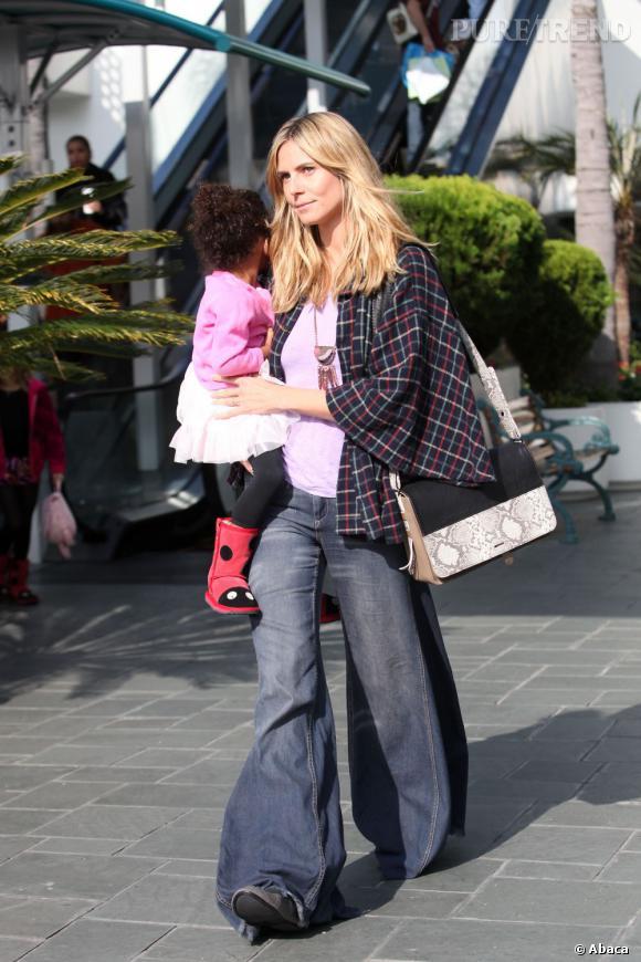 Heidi Klum se lance dans le style 70's à Los Angeles.