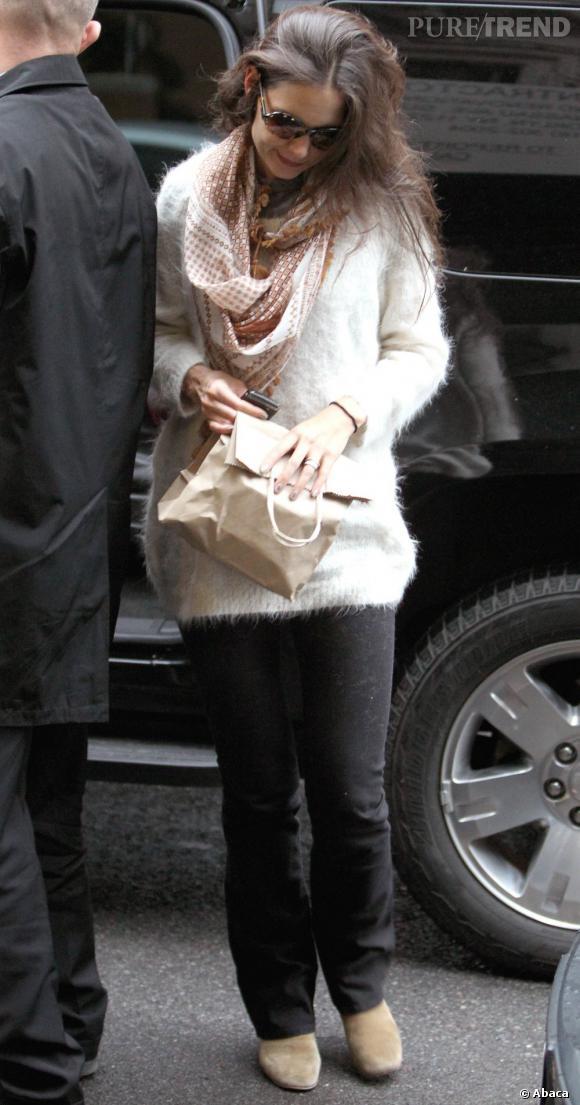 Un bien joli pull pour Katie Holmes qui mixe douceur et féminité.