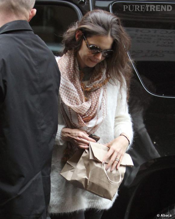 En guise de it-bag, Katie Holmes a un sac de courses en papier... Oups.