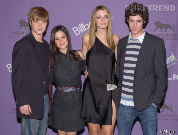 Rachel Bilson (deuxième à gauche) et Adam Brody (à droite) : leur couple a duré 3 ans de 2003 à 2006 alors qu'ils tournaient les épisodes de Newport Beach.