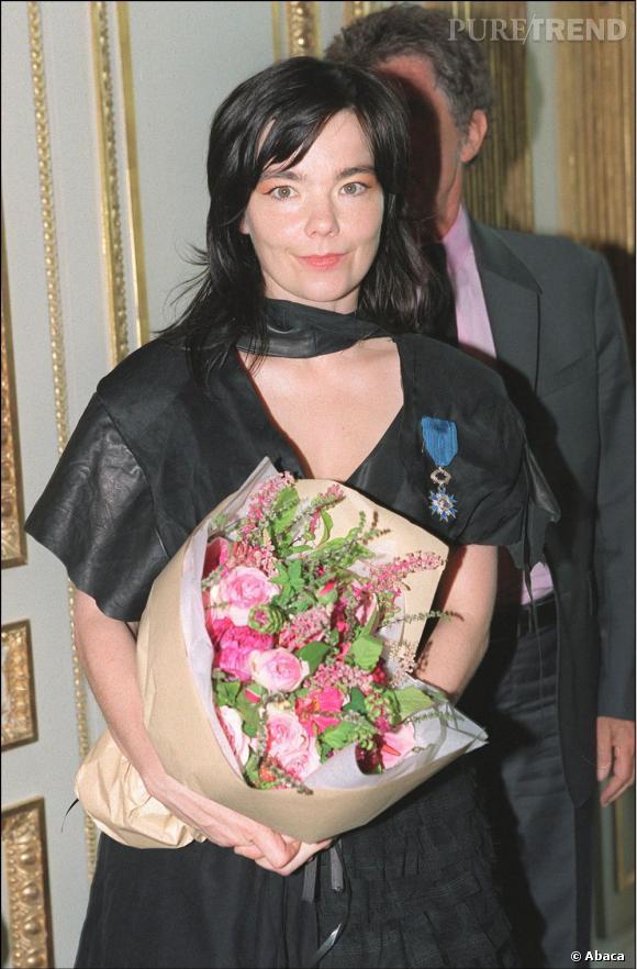 En 2001, la chanteuse Björk reçoit des mains de Jack Lang une médaille honorifique de Chevalier des Arts et des Lettres.